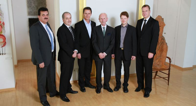 Nach der Vertragsunterzeichnung v.l.n.r.: Christian Wehrle (Bitzer Chief Production Officer), Jürgen Kleiner (Bitzer Chief Procurement Officer), Anssi Latvala (Lumikko Oy, Chairman of the Board), Peter Schaufler (Bitzer Chief Executive Officer), Kari Saikkonen (Lumikko Technologies Oy, Managing Director), Dr. Christian Wahlers (Bitzer Chief Financial Officer)