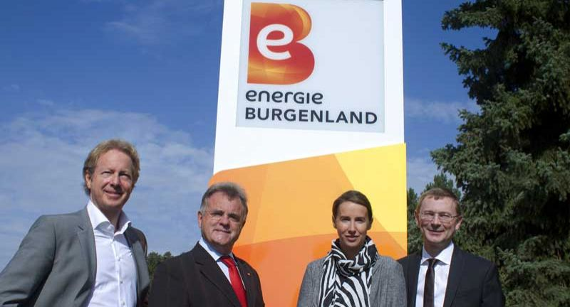 Mag. Georg Wagner, Managing Partner, Spirit Design – Innovation and Brand GmbH, Hans Niessl, Landeshauptmann Burgenland, Maria Hell, Head of Brand, Spirit Design – Innovation and Brand GmbH, und Herbert Stifter, Leiter Marketing, Energie Burgenland (v.l.), vor dem neuen Logo des Energieversorgers Energie Burgenland.